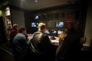 Elever fra MK Vg3 styrer bilderegien i OB-bussen