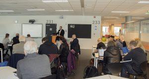 VERKTØYKASSE: Jone Nyborg instruerer verktøybruk. <div class='byline'><img class='hair-line' src='http://test.mediepedagogene.no/wp-content/themes/mediepedagogene-theme/dist/images/sidebar-author-bottom.png'><br>Foto: Siren Halvorsen <br><img class='hair-line' src='http://test.mediepedagogene.no/wp-content/themes/mediepedagogene-theme/dist/images/sidebar-author-bottom.png'></div>